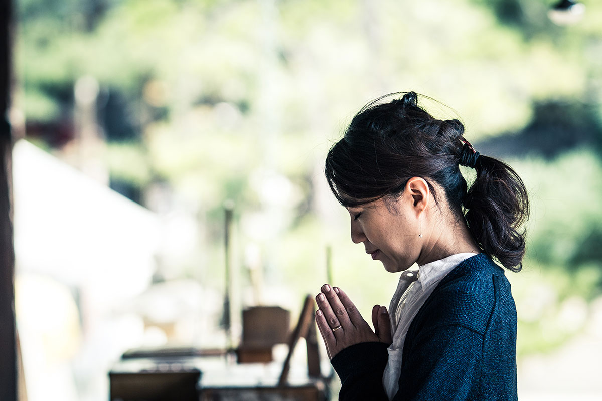 Girl practises Waah Yantee Kar Yantee kundalini Yoga meditation